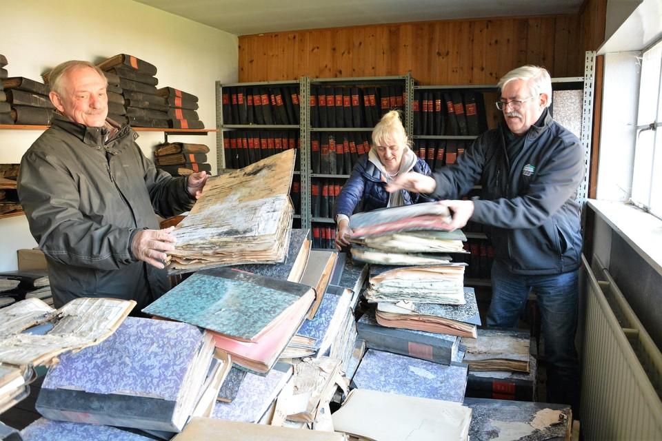 Swa en zijn collega's-heemkundigen tussen de oude, vaak half verrotte archiefstukken.