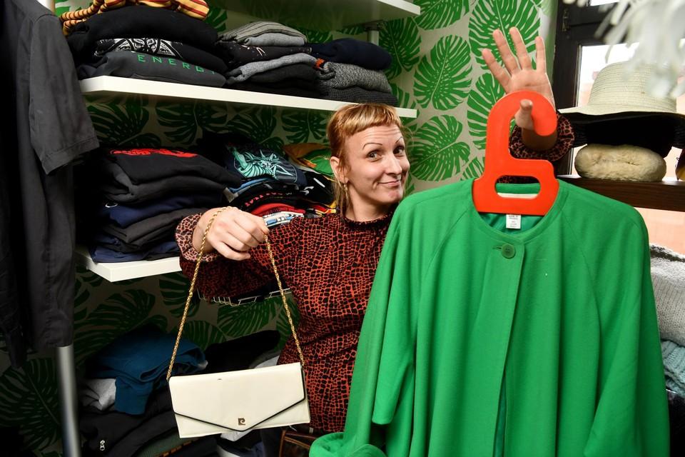 Een jas en tasje, gekocht in kringwinkel De Cirkel in Brecht voor 4 euro. De kringwinkel ligt een beetje verstopt en heeft een verdieping én een magazijn aan de overkant.