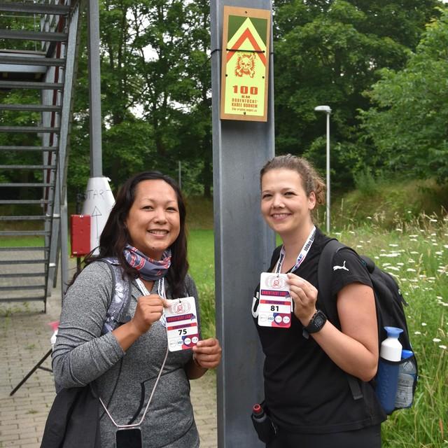 Kanittha Paksee (links) en Brenda Servranckx vertrokken zaterdagochtend voor het eerste deel van hun 100Km Dodentocht Light.