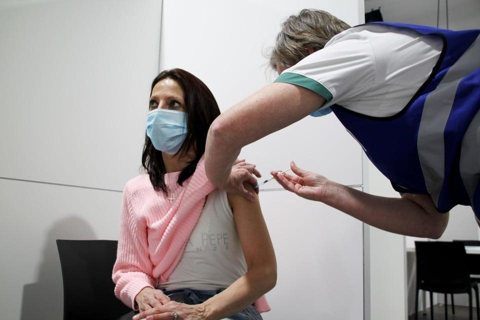 Een driehonderdtal zorgverleners, onder wie Cindy Sterckx, werden als eerste gevaccineerd in Turnhout.