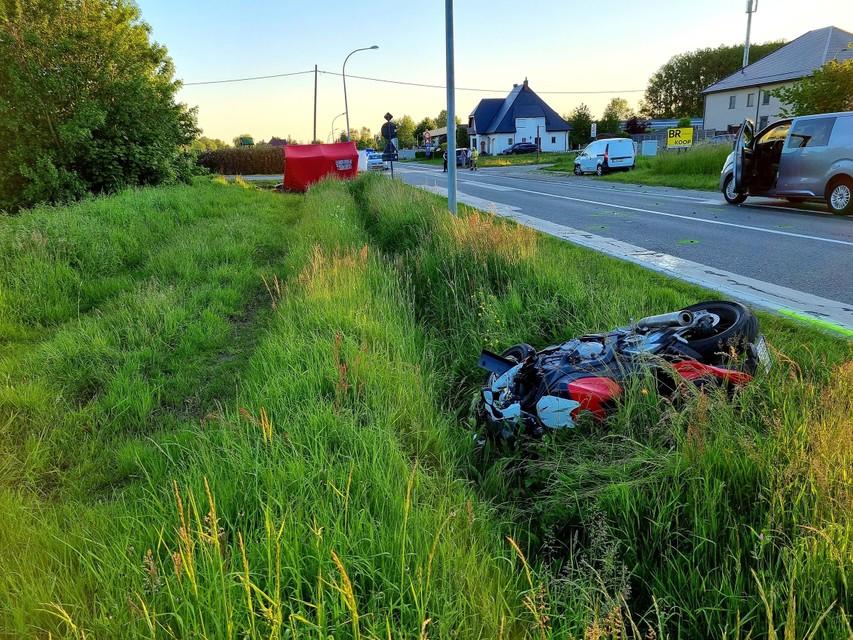 De motorfiets werd enkele tientallen meters weggeslingerd en belandde in de zijberm.