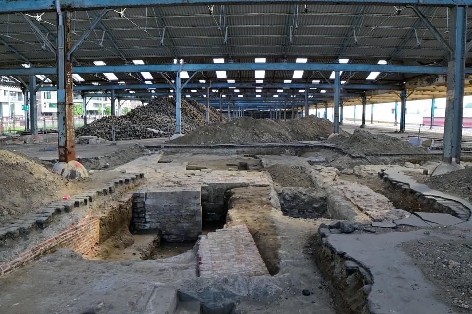 Op de kaaien, vlak bij het Steen, liggen de fundamenten van de verdwenen Sint-Walburgiskerk en de oude burchtmuur bloot.