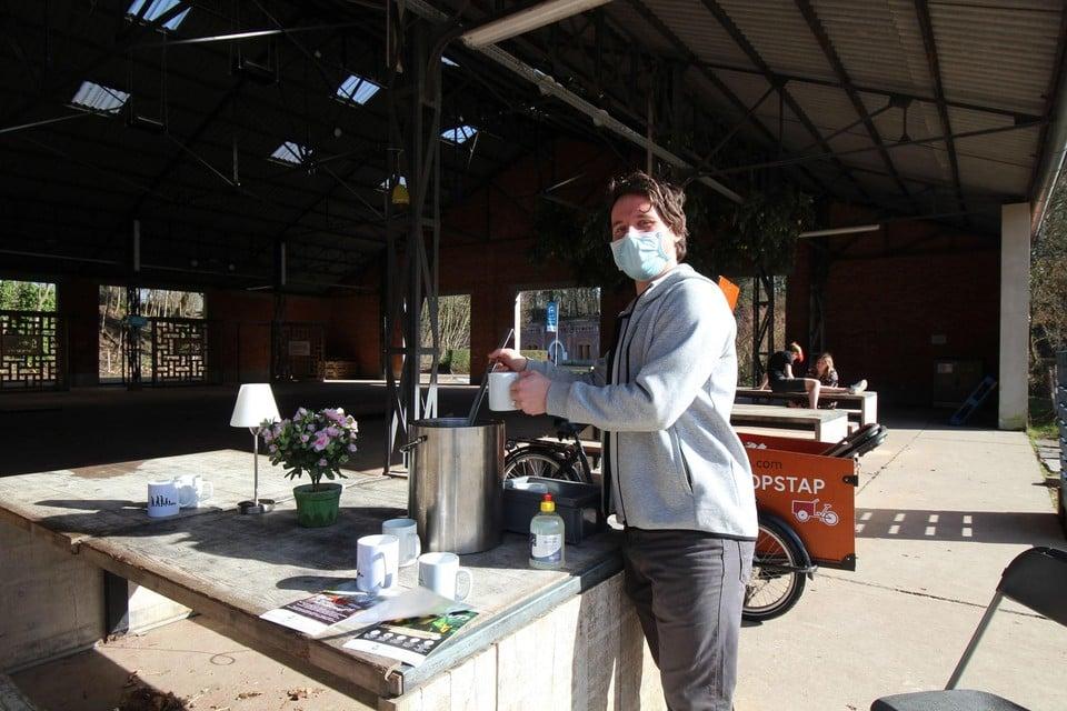 Mortsels buurtregisseur Yannick deelt soep uit in de shelter van Fort 4.