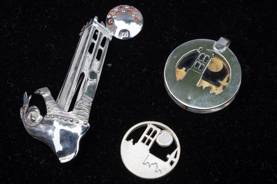 De Sint-Romboutstoren komt op verschillende van haar juwelen terug.