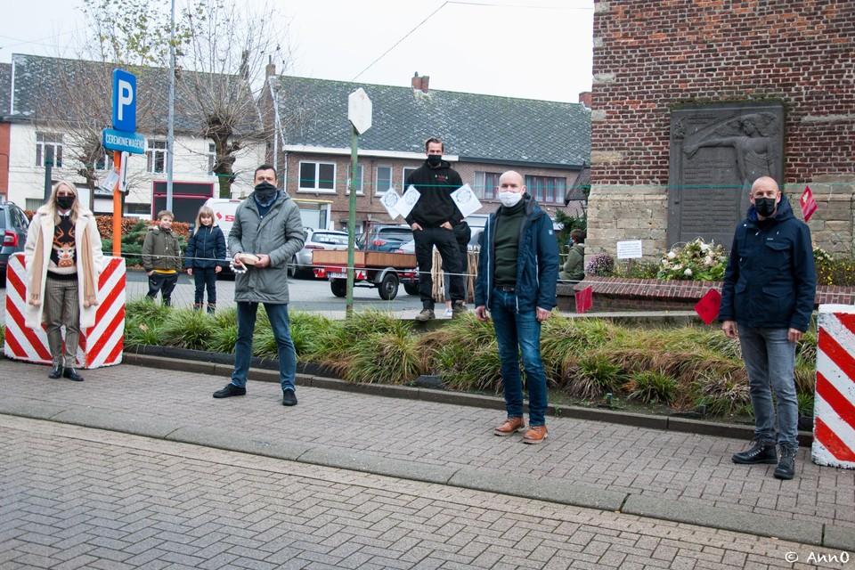 Een delegatie van het schepencollege beet de spits af en hing zijn wensen op aan de wasdraad in Beerzel.