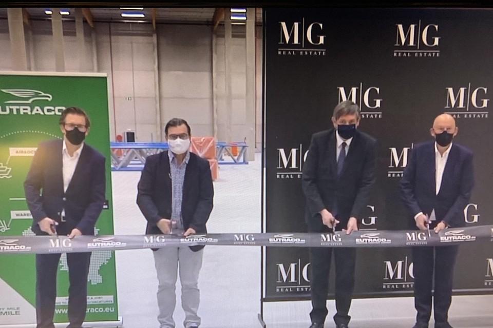 Vlaams minister-president Jan Jambon opent het logistiek centrum van 40.000 vierkante meter.