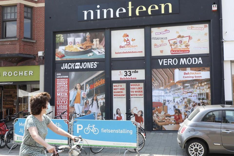 Het pand van kledingwinkel Nineteen in de Bergstraat wordt omgebouwd tot hippe eettent met focus op kip.