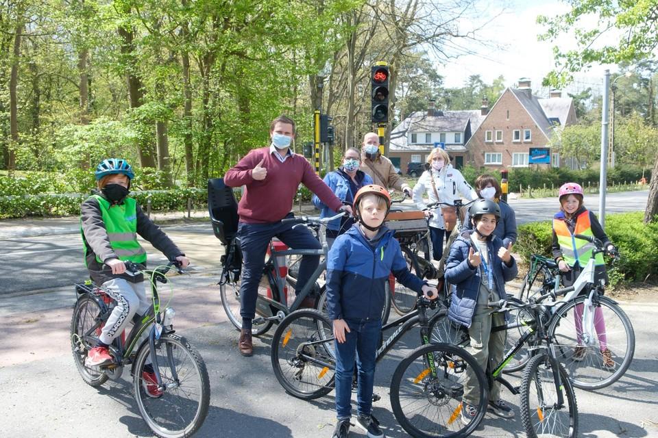 Kinderen, de schepen en directie van scholen op pad dankzij de digitale fietskaart.