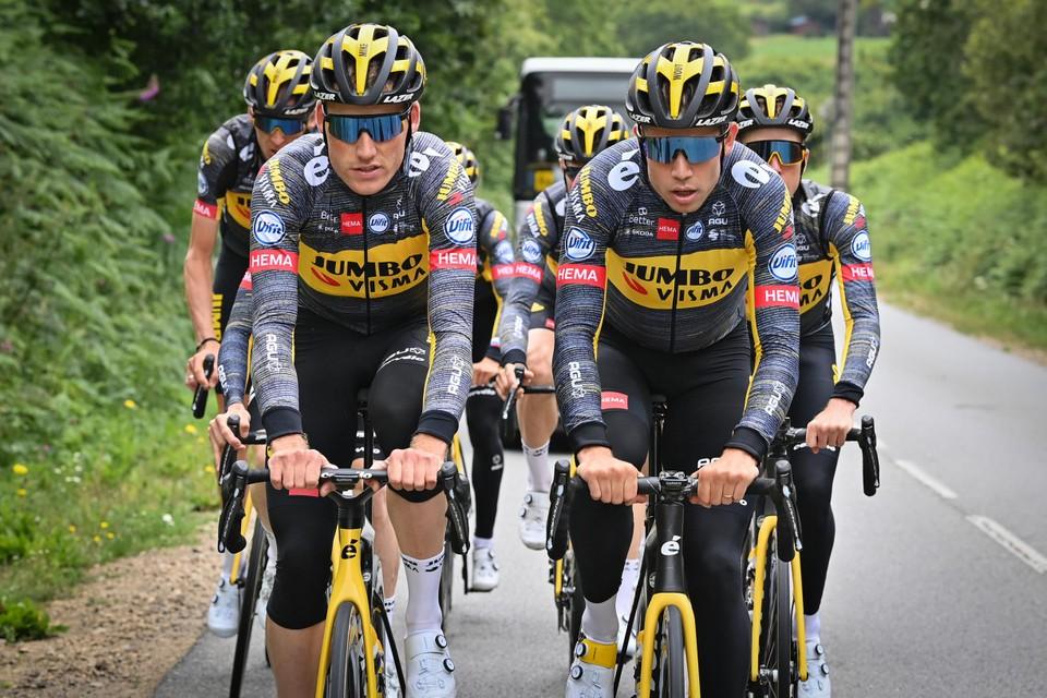 Van Aert en Teunissen leiden de groep op training.