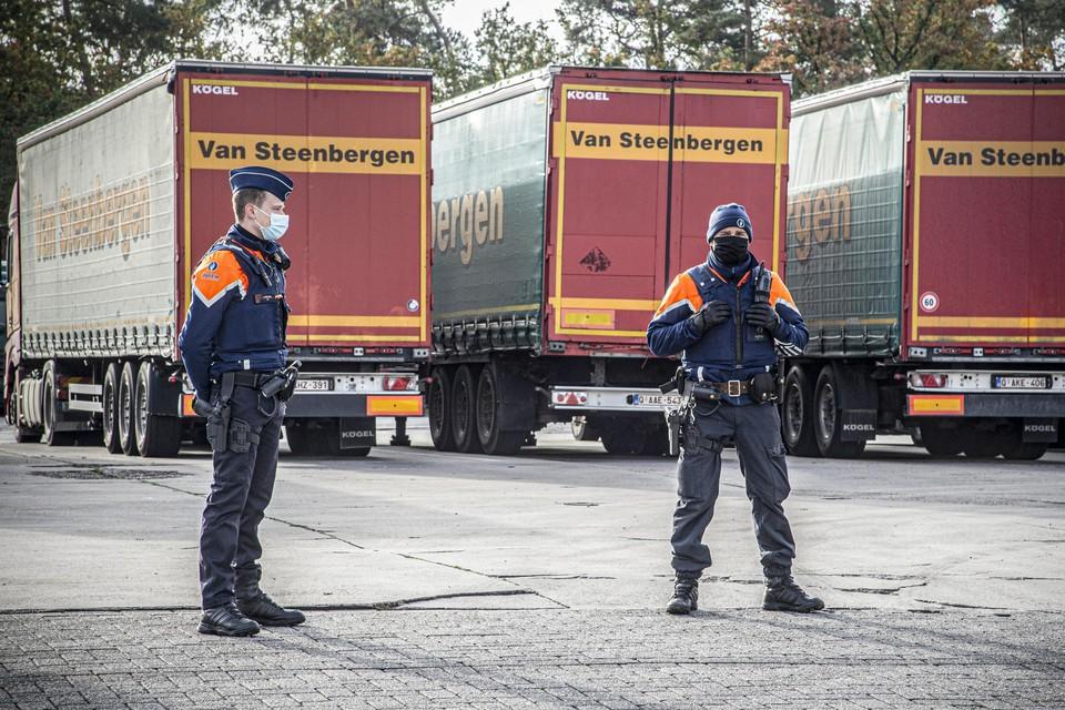 Dinsdag viel de federale gerechtelijke politie met man en macht binnen in transportbedrijf Van Steenbergen.