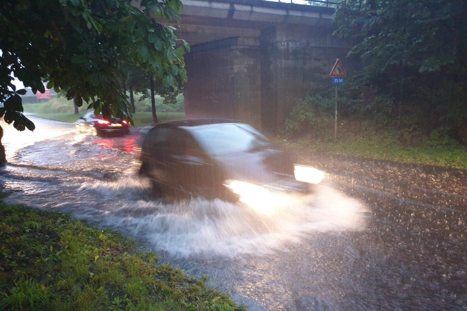 Op de Herenthoutsesteenweg stroomde het water naar het laagste punt onder de brug.