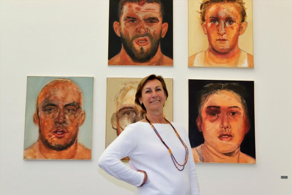 """Frie lavelli schildert portretten van kooivechters. """"In hun gekneusde gezichten zie je nog de adrenaline en de agressie"""", legt ze uit. """"Maar tegelijkertijd zien ze er kwetsbaar uit."""""""
