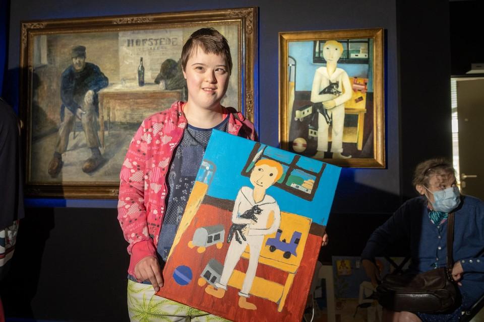 Kathy Vervoort met haar versie van een schilderij van Floris Jespers.