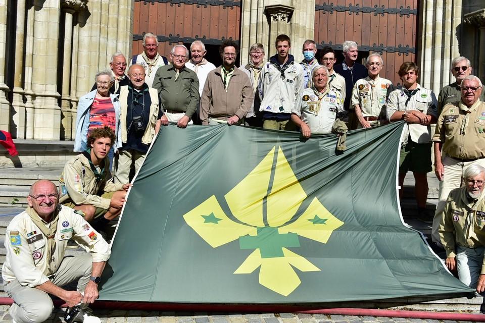 De Oud-scouts Sint-Rombouts beklommen de kathedraal met hun vlag.