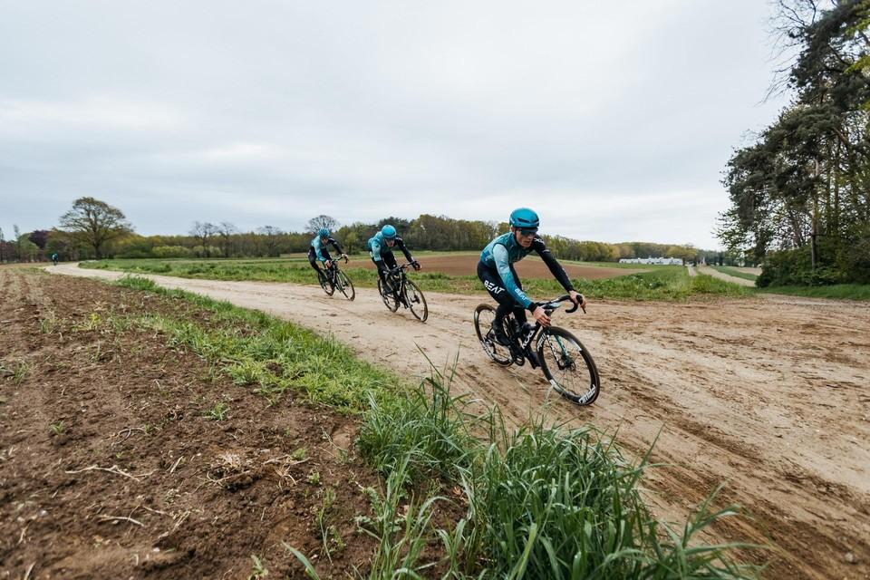 Afgelopen weekend ging Yves Coolen met zijn ploegmakkers Dwars door het Hageland al eens verkennen. Coolen rijdt vooraan in beeld, gevolgd door Piotr Havik en Jules Hesters.