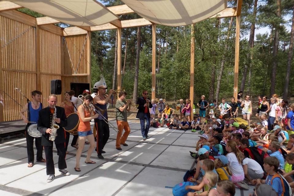 De Vlaamse overheid pompt een stevig budget in de verdere vernieuwing van De Hoge Rielen in Lichtaart. Op de foto de opening van het buitentheater in 2017.