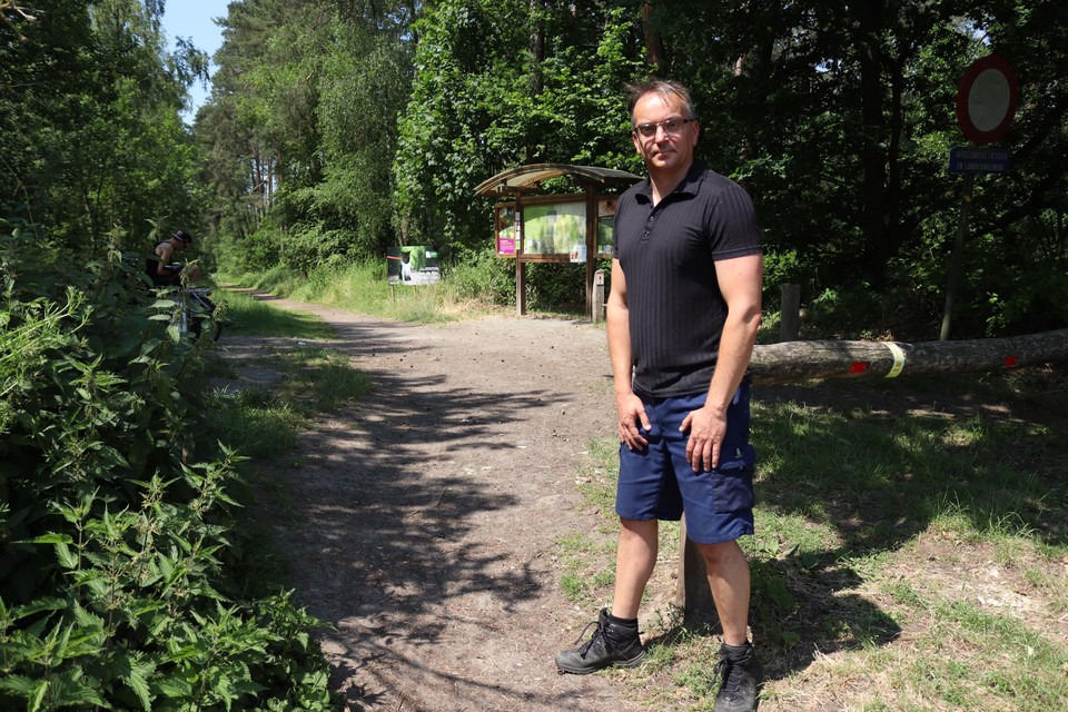 Denis D'hanis op de plaats aan het Stropersbos waar een buizerd opnieuw joggers aanvalt. Er staan voorlopig geen waarschuwingsborden aan het wandelpad.