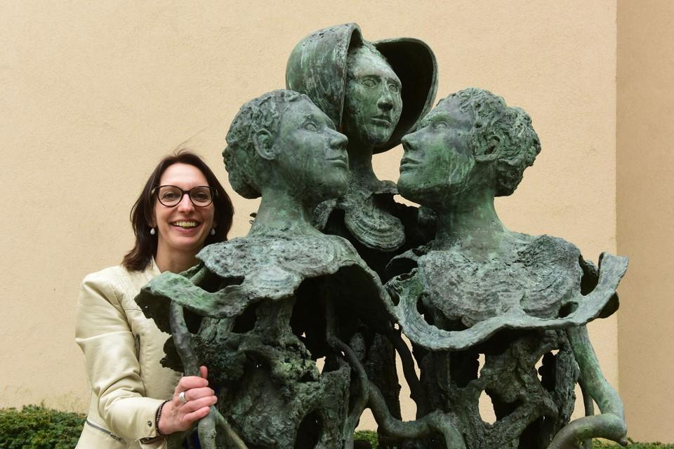 Kelly Verheyen (sp.a) is schepen van Sociale Zaken bij het standbeeld  in Turnhout.