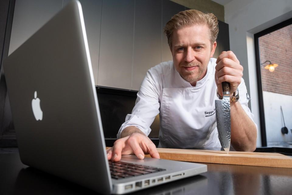 Seppe Nobels, klaar voor een online kooksessie.