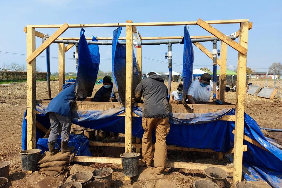 De afgegraven grond werd gezeefd en minutieus onderzocht door archeologen.