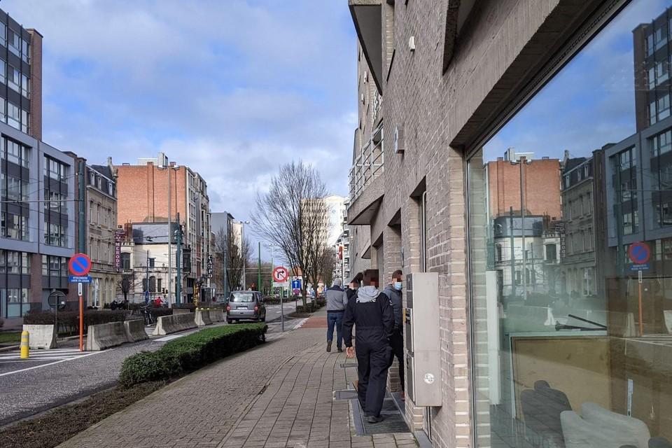 Speurders moesten werkkleding aantrekken om de goederen uit de kelder van dit pand op de Grotesteenweg in Berchem te halen.
