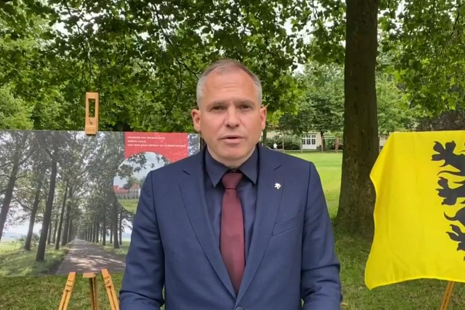 """Ophef op Twitter: """"Collaboratievlag"""" of niet? achter minister Diependaele (N-VA) in Wortel-Kolonie."""