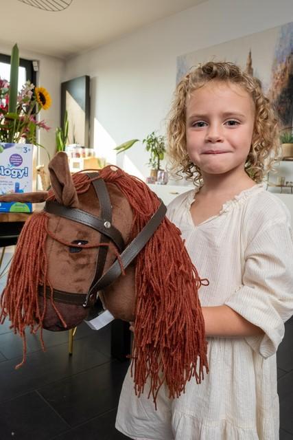 Billie is trots op haar stokpaardje.
