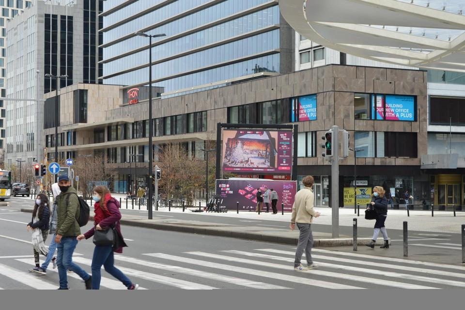 Grote schermen op verschillende plaatsen in de stad staan open voor berichten van de Brusselaars.