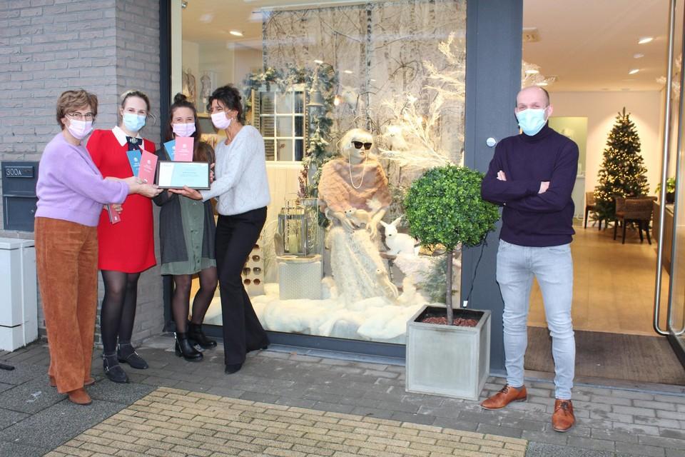 Carine Segers, Hasse Callebaut, Greet Van den Corput en Elisabeth Aerden van Café Lunettes (links) en Dries Van Dyck (DBM), schepen voor lokale economie (rechts).