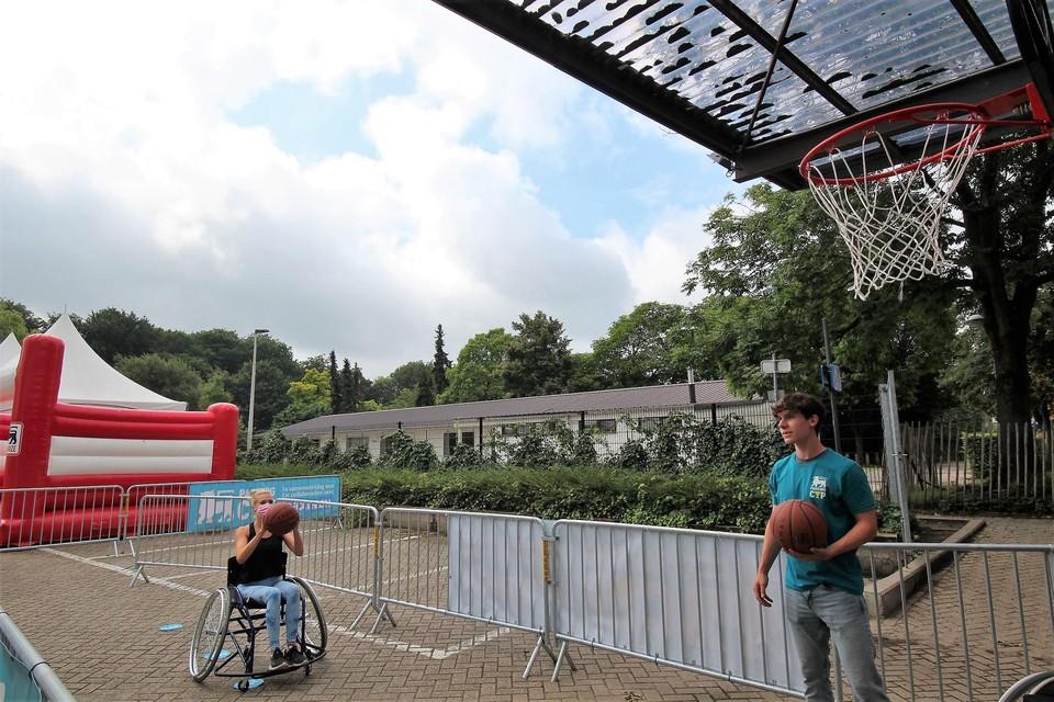 Cleo waagt zich aan het rolstoelbasketbal.