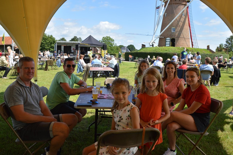 De familie Smits uit Zandhoven in wat toch een van de mooiste festivalweides van onze hele provincie is.