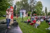 thumbnail: Zo'n vijfhonderd toeschouwers genieten in de tuin van het Sint-Michielskasteel van Johhny Trash.