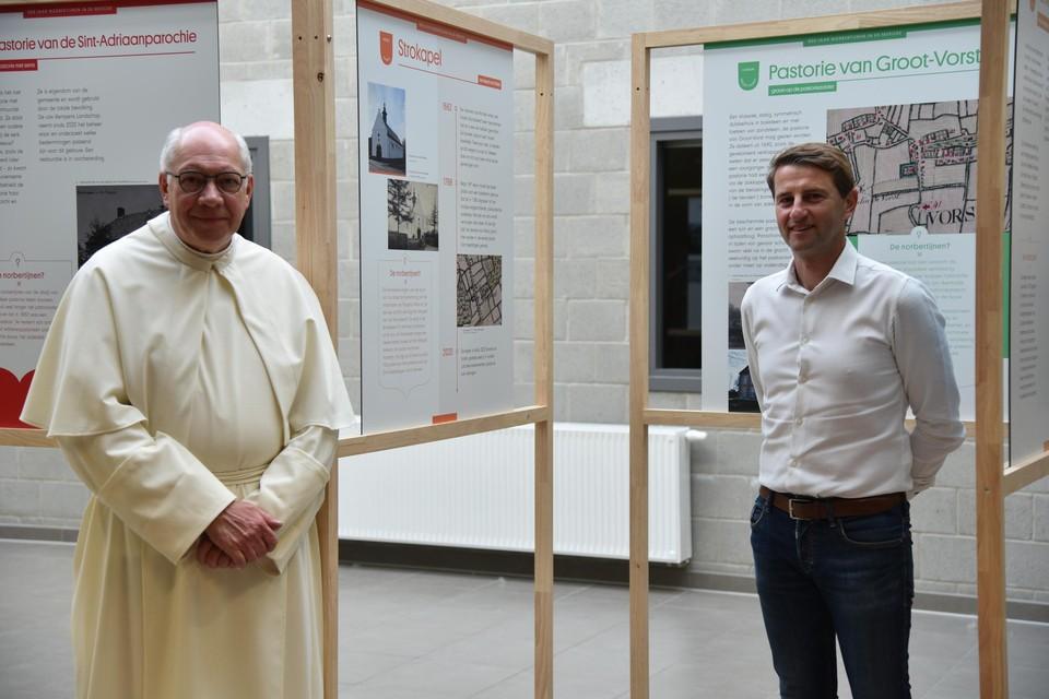 Prior Paul Van Herck en burgemeester Peter Keymeulen zijn blij dat de expo opent