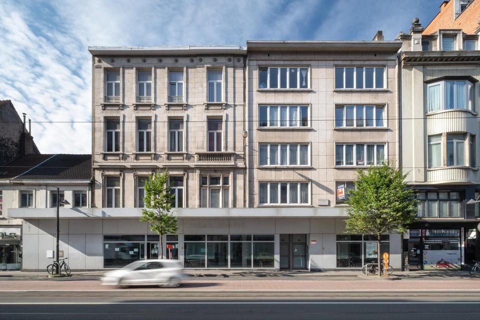 Het voormalige bankgebouw langs de buitenzijde op de Turnhoutsebaan.