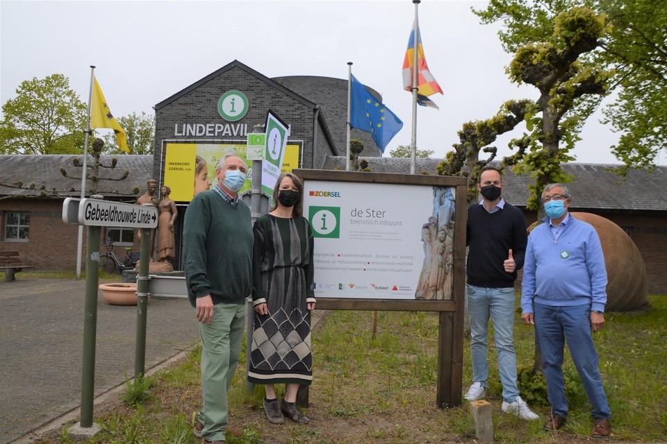 Frank Yseboot, burgemeester Liesbeth Verstreken, schepen Olivier Rul en Patrick Debaere voor de Ster.