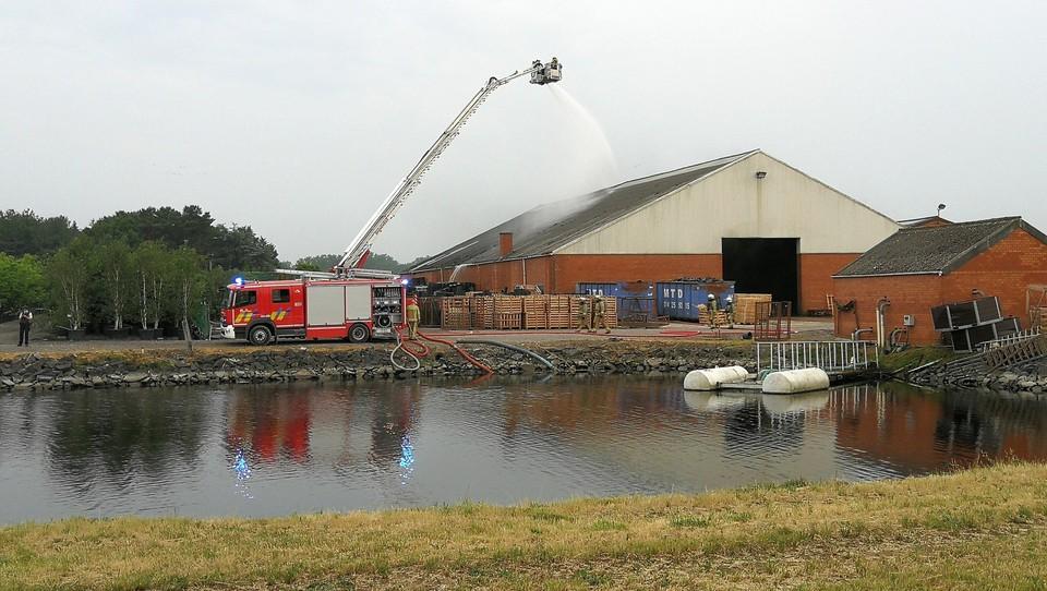 De brandweer pompte water op uit het spaarbekken van de kwekerij.