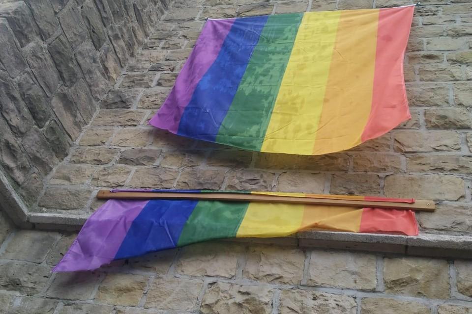 De vlag werd doorgesneden met een scherp voorwerp. De initiatiefnemers gaan nu een nieuwe regenboogvlag op de gevel van de kerk hangen