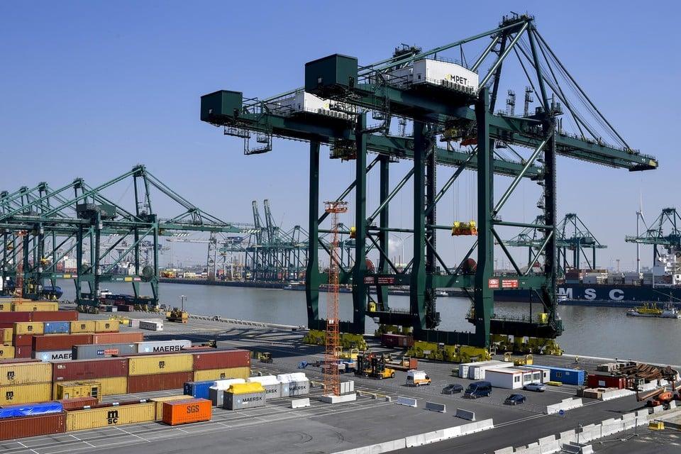 De MPET-terminal ligt vooral op de noordwestelijke kant van het Deurganckdok. Een stukje aan de overkant - waar het MSC-schip ligt - had geen spoortoegang, maar de concurrenten hebben daar nu afspraken over gemaakt.