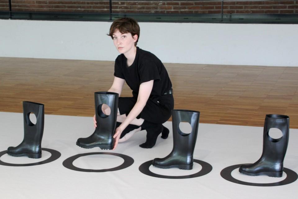 Odes voorliefde voor gebogen vormen en rubberen objecten komt samen in haar expo in de Warande.