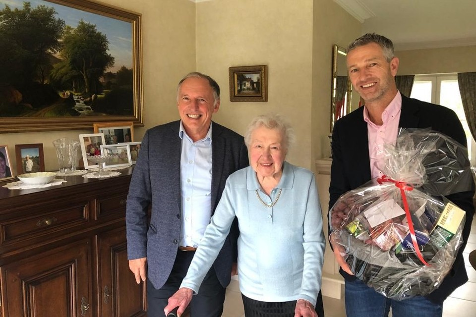 Schepenen Eric Verbist en Jan Moons bezochten Martha op haar verjaardag.