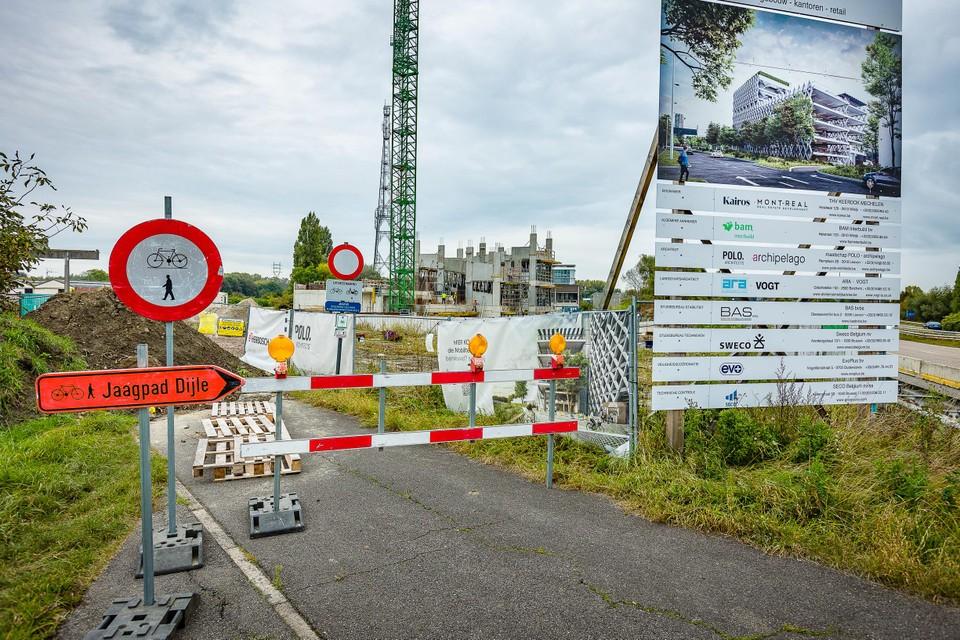 De nieuwe parking met meer dan vijfhonderd plaatsen ligt tussen het jaagpad langs de Dijle en de N16.