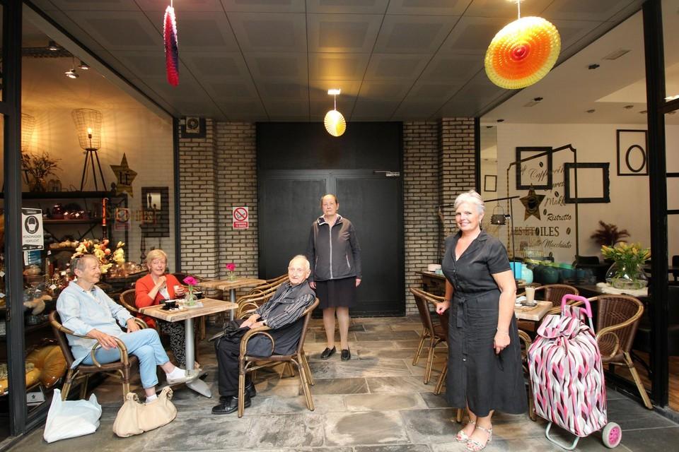 Nadine (rechts) met haar klanten tussen haar koffiebar en sfeerwinkel.