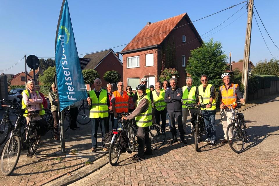 Een delegatie van de Fietsersbond Kasterlee-Lichtaart-Tielen met burgemeester Ward Kennes (rechts) reed zaterdag van het ene knelpunt naar het andere.