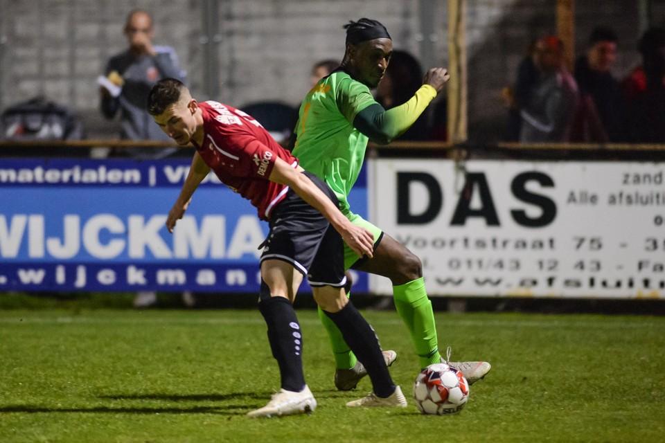 Jason Wall (rechts) afgelopen zaterdag in de wedstrijd op Beringen, duellerend met thuisspeler Jannick Weeghmans.