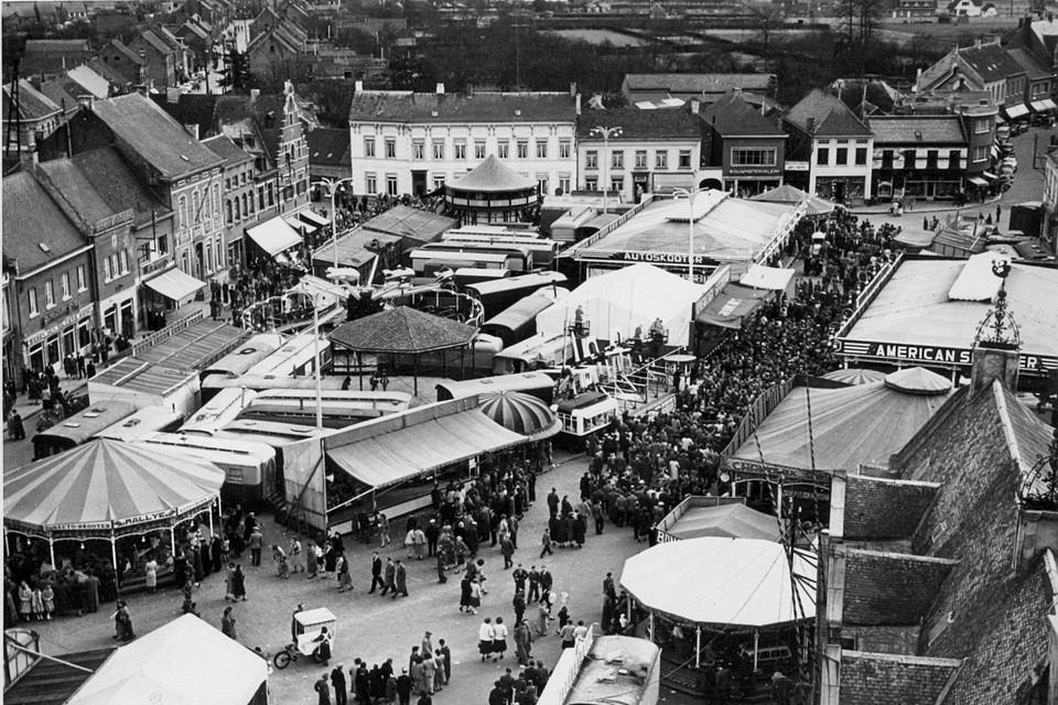 Foto van de Palmenmarkt genomen van de toren van de Sint-Amandskerk zo'n veertig jaar geleden.