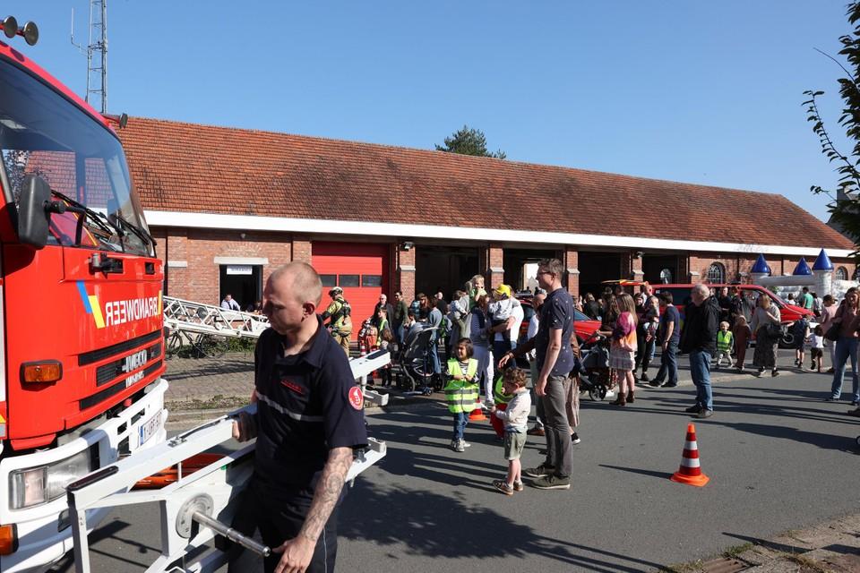 Heel veel volk op de opendeur van brandweer Zandhoven aan de kazerne.