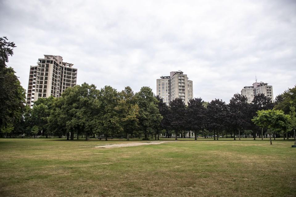Toren 1 van het Kielpark (links) staat al leeg sinds 2017 en zal ten vroegste in 2024 worden opgeleverd, klaagt Mie Branders (PVDA) aan. Volgens het stadsbestuur is de inhaalbeweging ingezet.