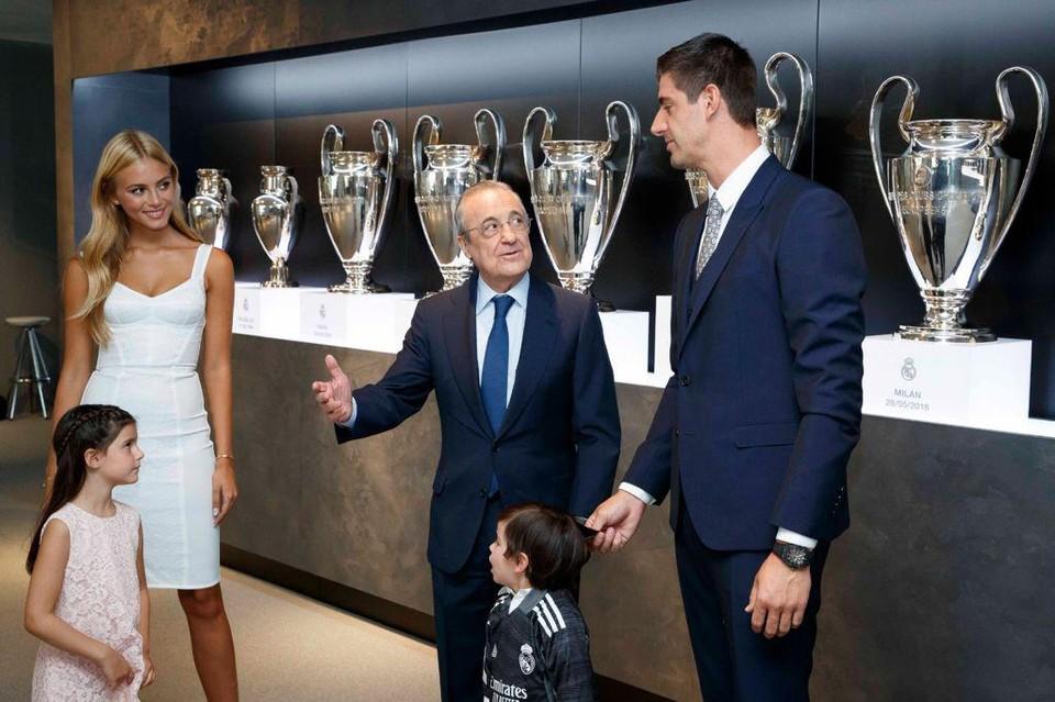 Mishel met Courtois en zijn kinderen tijdens de contractverlening bij Real Madrid.