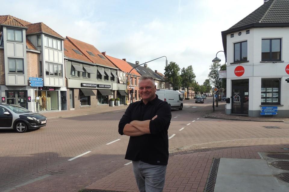 Rudy Herrijgers aan Den Driehoek, met rechts het Brouwershuis (nu immobiliën). Links, waar nu een kledingwinkel is, was dancing The Love.