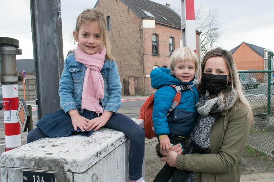"""""""Er mag gerust naar een oplossing gezocht worden, maar makkelijk zal dat niet zijn"""", weet Sara Somers die net haar kinderen Fenne en Emil Goovaerts van de school heeft afgehaald."""